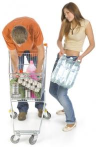 Elimini la fatica del trasporto di casse d'acqua